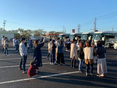 10月12日早朝6時30分 大口中学校3年生の修学旅行のお見送りに行ってきました。 行先は大口町と姉妹提携している島根県松江市です。 コロナ禍の中、生徒たちにとって一生の思い出と残る修学旅行を決行していただいた学校関係者の皆様に心から敬意を表します。